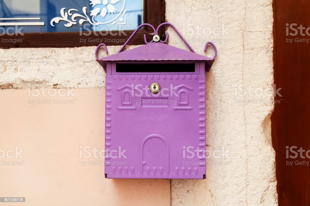 Caixa de correio. Caixa de correio em casa roxa. Caixa de correio-de-rosa na rua de Rovinj, Croácia. A caixa de correio-estilo Mediterrâneo-de-rosa para jornais e revistas, caixa postal frete grátis. foto royalty-free