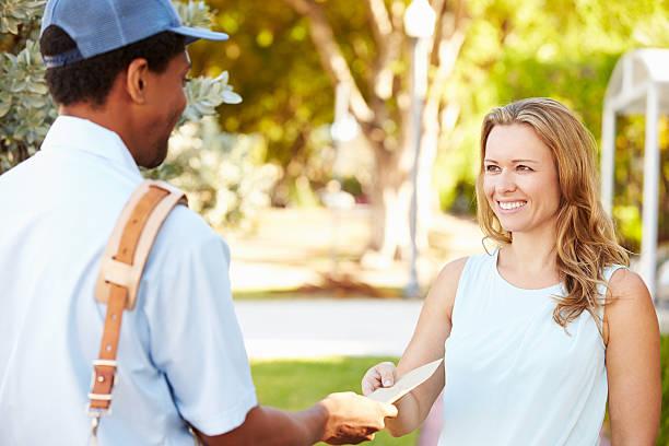 mailman доставлять письма женщина - postal worker стоковые фото и изображения