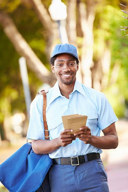 mailman 도보 거리 편지들이 함께 제공 - postal worker 뉴스 사진 이미지