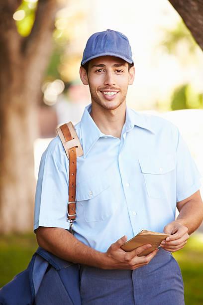 mailman ходьба на улице доставлять буквами - postal worker стоковые фото и изображения