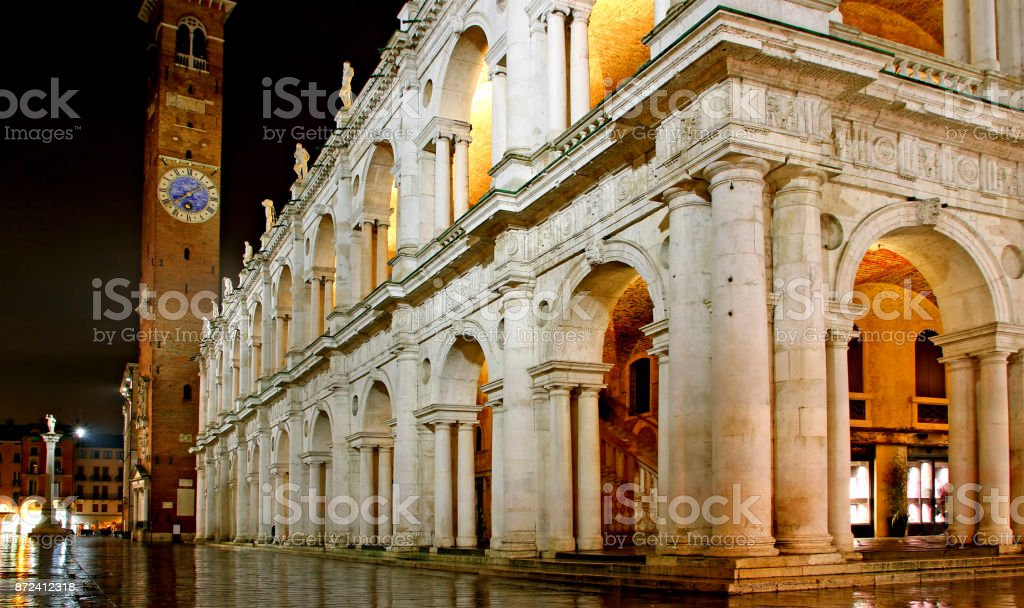 Main city square and palladian basilica with tower at night in V - foto stock