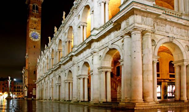 wichtigsten stadtplatz und palladios basilika mit turm in der nacht in v - vicenza stock-fotos und bilder