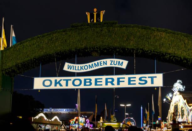 Haupteingangstor zum Oktoberfest in München, Deutschland, 2015 – Foto