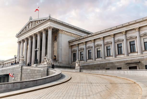 hoofdingang van het oostenrijkse parlementsgebouw in griekse stijl met standbeelden van filosofen en witte kolommen met beroemde pallas athena fountain en in wenen - wenen oostenrijk stockfoto's en -beelden