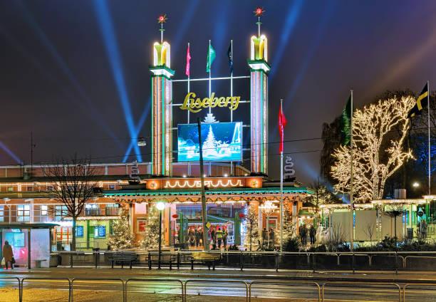 huvudentrén till liseberg park med juldekoration i göteborg - liseberg bildbanksfoton och bilder