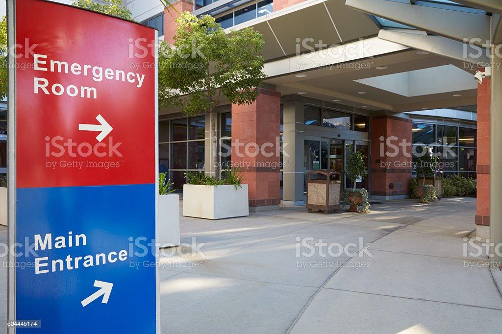 Entrée principale du bâtiment moderne avec des panneaux de l'hôpital - Photo