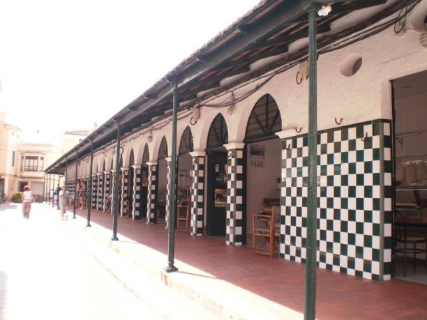 Hauptfassade des Lebensmittelmarktes in der Zitadelle auf der Insel Menorca. – Foto