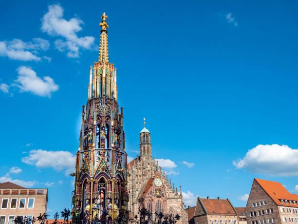 Hauptmarkt in Nürnberg mit schönem Brunnen in Deutschland – Foto