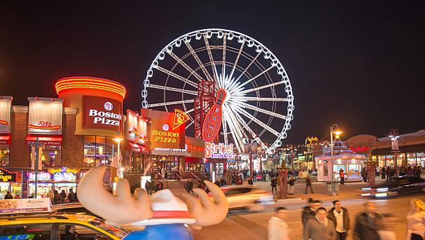 haupt-plaza und der skywheel in niagara falls, kanada - kanada rundreise stock-fotos und bilder