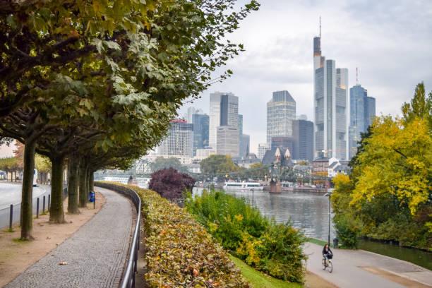 main river waterfront park und skyline von frankfurt-frankfurt, deutschland - main stock-fotos und bilder