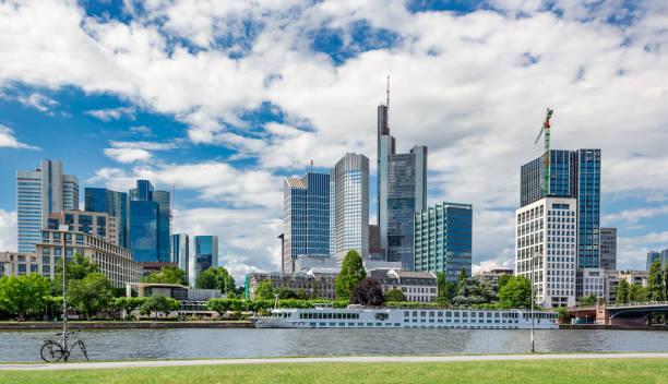 wichtigsten flussufer und frankfurter skyline im sommer - main stock-fotos und bilder