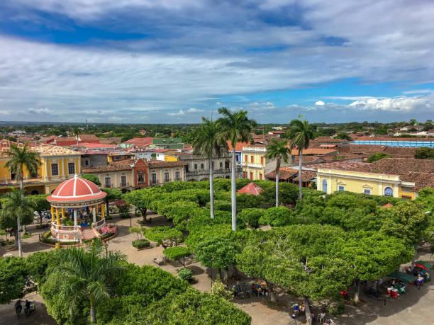hauptplatz in granada, nicaragua - nicaragua stock-fotos und bilder