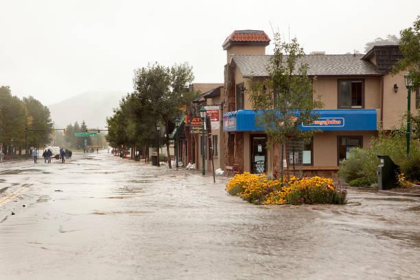 main street inondazione acque estes park, in colorado - estes park foto e immagini stock