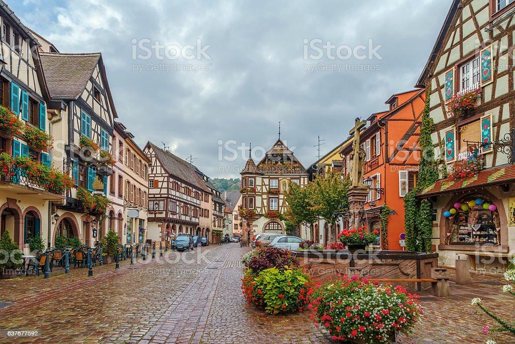 main street in kaysersberg alsace france ハーフティンバー様式の