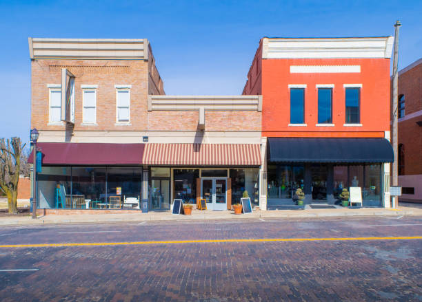 main street in rogers, arkansas - via principale foto e immagini stock
