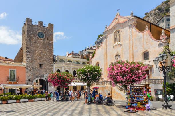 在陶爾米納,西西里島的主要城鎮廣場 - 陶爾米納 個照片及圖片檔