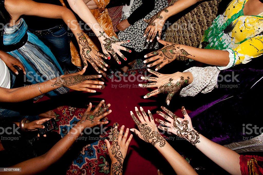Mains de femme décoration henné stock photo