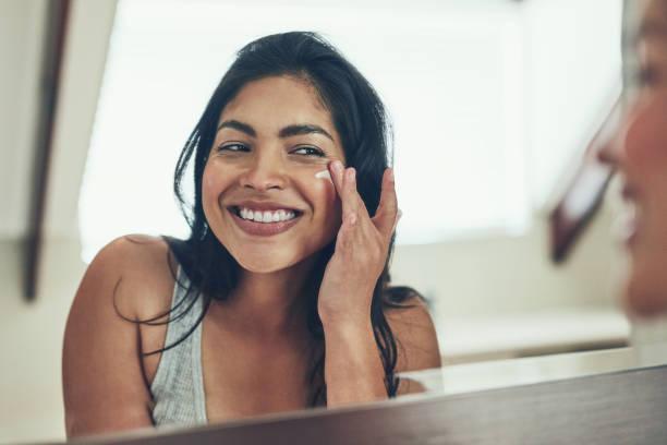 maintaining her radiant skin - mettersi lo smalto foto e immagini stock