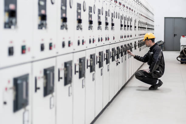 Maintenance engineer testing voltage switchgear and bay control unit Maintenance engineer testing medium voltage switchgear and bay control unit. Relay protection system power occupation stock pictures, royalty-free photos & images