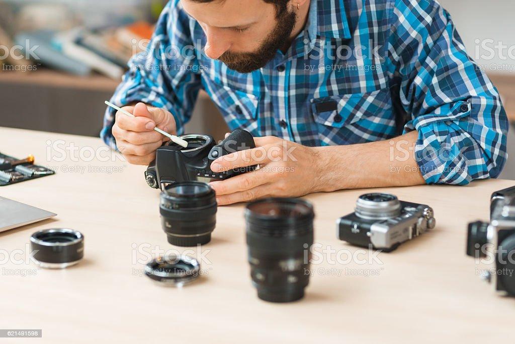 Maintenance of photo camera at workshop photo libre de droits