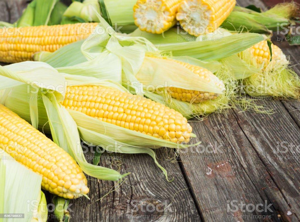 Maize. Fresh Corn on wooden table - foto de stock