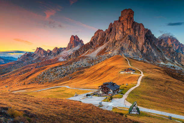 majestic alpine pass with high peaks in background, dolomites, italy - dolomiti foto e immagini stock