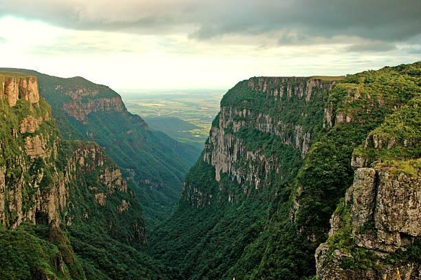 величественный каньон в южная бразилия - плато стоковые фото и изображения