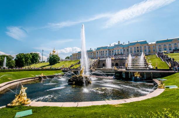 majestueuze fontein van peterhof paleis - peterhof stockfoto's en -beelden