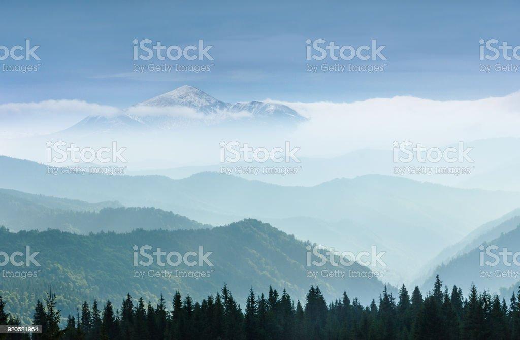Majestätischen Landschaft der nebligen Berge. Reisen Konzept Hintergrund. – Foto