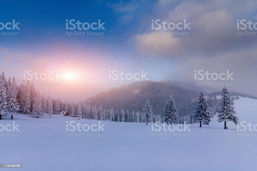 Majestätische Landschaft Wintersonnenaufgang in den Bergen. Fantastischer Morgen glüht durch Sonnenlicht. – Foto