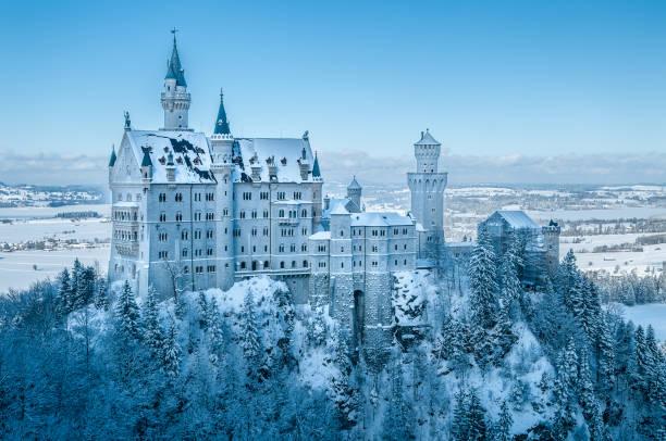 majestätisches schloss neuschwanstein im allgäu bayern im winter bedeckt mit schnee - regierungsbezirk schwaben stock-fotos und bilder