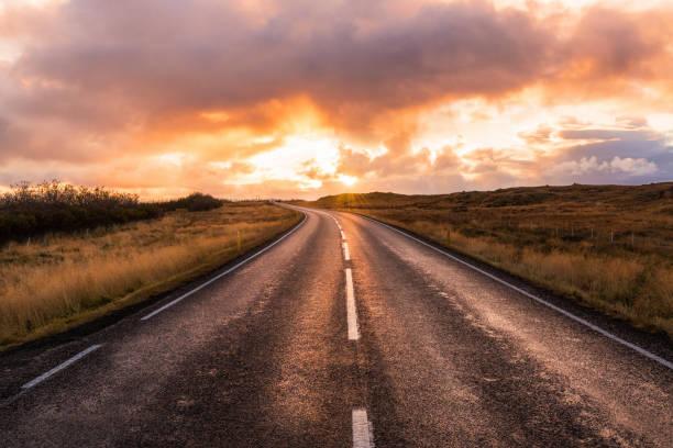 Majestätische Orange Sonnenuntergang über einer Straße in Island – Foto