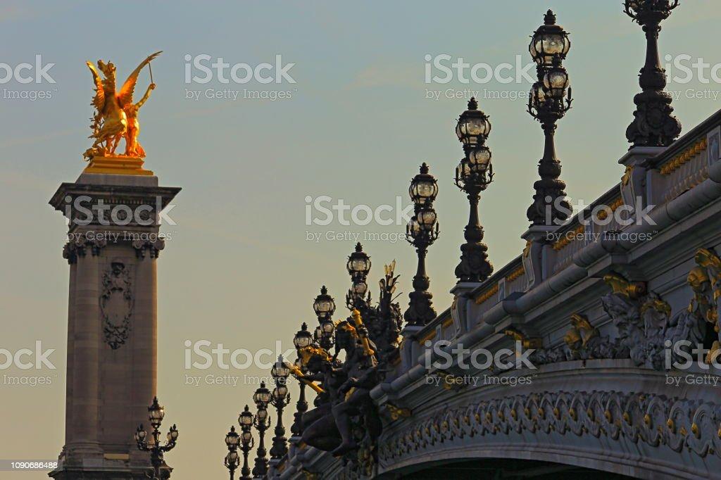 Majestoso Pont Alexandre III ao nascer do sol – Paris, França - foto de acervo