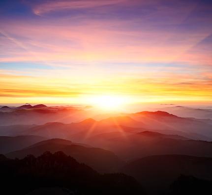 Majestic Sunrise Over The Mountains Stok Fotoğraflar & Alacakaranlık'nin Daha Fazla Resimleri