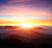 壮大な山の日の出