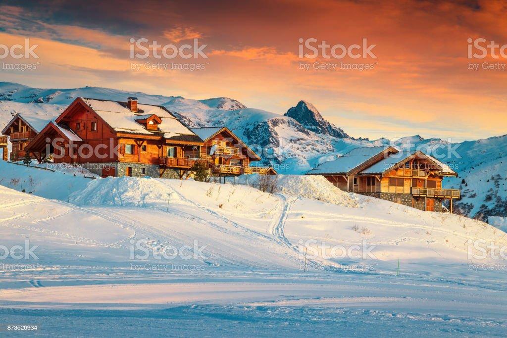 Majestueuze zonsondergang en ski resort in de Franse Alpen, Europa foto