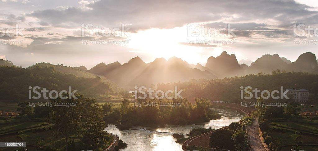 Majestätischen Sonnenuntergang in den Bergen – Foto