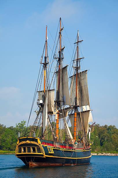 majestätische große schiff segeln zu hafen - versandrolle stock-fotos und bilder