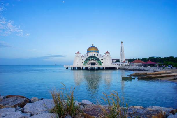 Majestätischer Blick auf die Malakka-Straße-Moschee während der blauen Stunde – Foto