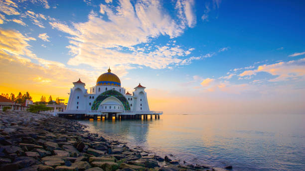 Majestätischer Blick auf die Malakka-Straße-Moschee bei Sonnenuntergang. – Foto