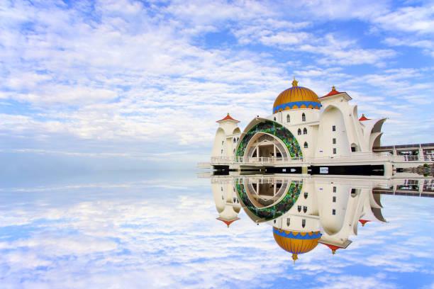 majestueuze uitzicht op malakka straits moskee. - malakka staat stockfoto's en -beelden