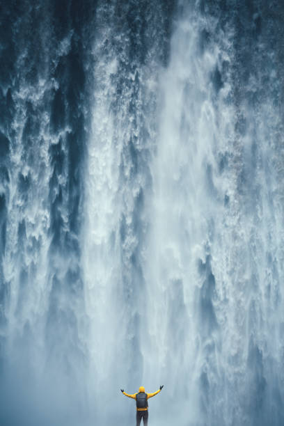 majestueuze waterval - stroom stromend water stockfoto's en -beelden