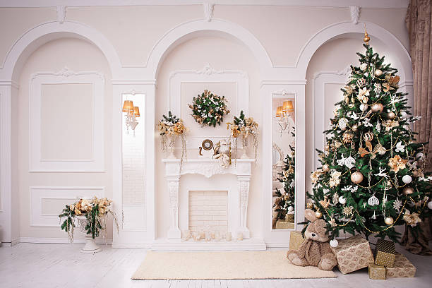 majestic white hall with classical fireplace at christmas - kamin weiß stock-fotos und bilder