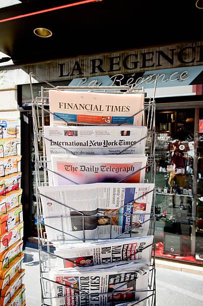großen internationale zeitschriften newspapper überschrift titel über b - new york times stock-fotos und bilder