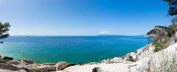 Makarska, panoramica della costa della Croazia con mare limpido - foto di stock immagine - foto stock