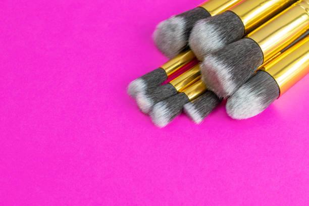 bürstenpulver herstellen. zeichnung kosmetische produkte isoliert auf rosa ba - rosa glitzer nägel stock-fotos und bilder