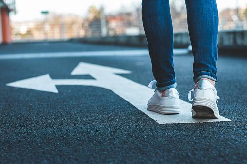 Entscheiden Sie Sich Welchen Weg Sie Einschlagen Wollen Zu Fuß Auf Dem Hinweisschild Auf Asphaltstraße Stockfoto und mehr Bilder von Aktivitäten und Sport