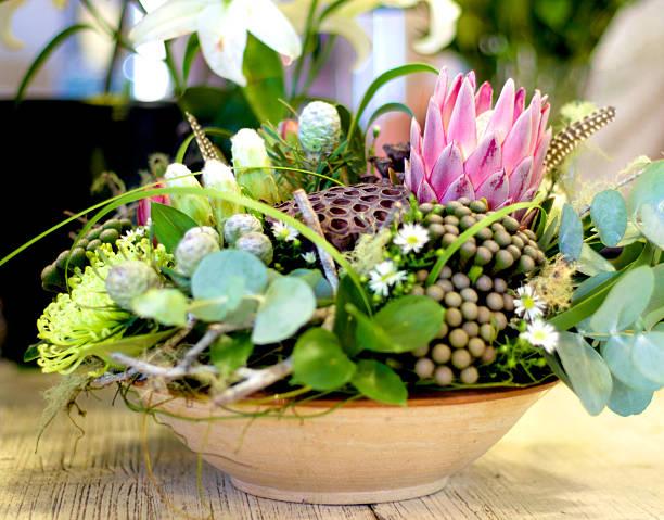 machen sie ihre go wild flower - protea strauß stock-fotos und bilder