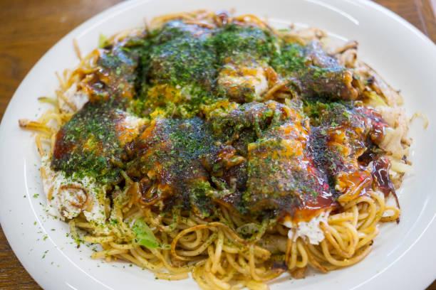 machen hiroshima stil okonomiyaki - ein topf wunder stock-fotos und bilder