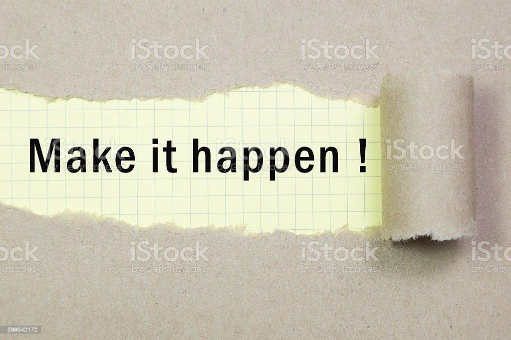 Faire en sorte que ça arrive! apparaissant derrière le papier déchiré marron. photo libre de droits